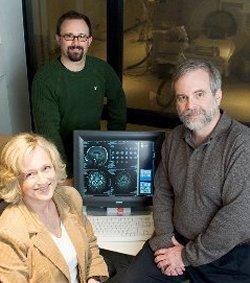 Kirk I. Erickson, en el centro, Arthur F. Kramer, a la derecha, y Nancy Dodge. (Foto: University of Illinois