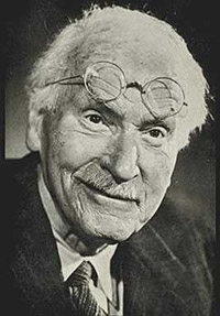 Carl Gustav Jung(1875-1961) fue un médico psiquiatra, psicólogo y ensayista suizo, figura clave  del psicoanálisis y  fundador de la escuela de Psicología analítica.