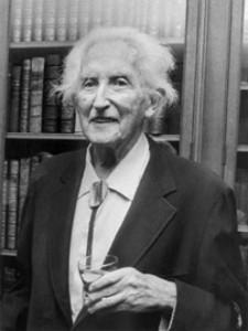Erik Homburger Erikson (1902-1994) psicólogo estadounidense de origen alemán, destacado por sus contribuciones en psicología del desarrollo.
